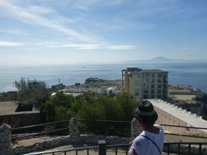 21 kilometer är det mellan Gibraltarklippan och Afrikas nordspets och Ceuta varifrån vi själva hade åkt färja dagen innan. Till höger ligger sundet som skiljer Atlanten från Medelhavet.