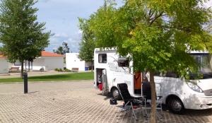 80 kr för en campingplats med gratis wifi, tvättstuga, el, vatten, duschar och bagarbil på morgonen. Svårslaget.