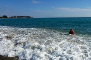 Hon var helt ensam i vattnet på Palomares playa denna dag. De fyra som satt påpälsade i sina vilstolar på stranden var nära att ringa psyket.